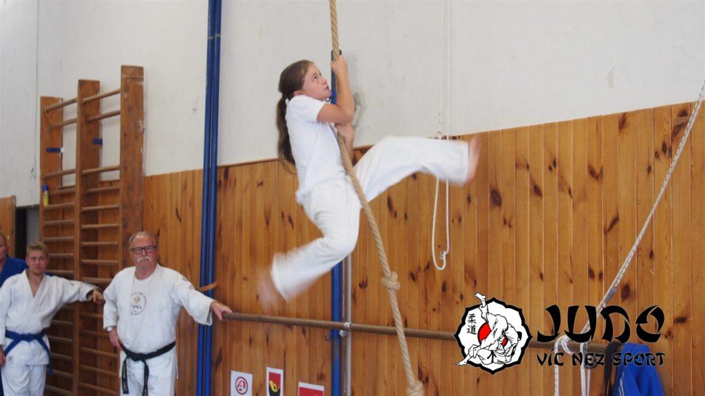 Judo víc než sport – tábor v Nižboru 2017 – Šplhání po laně