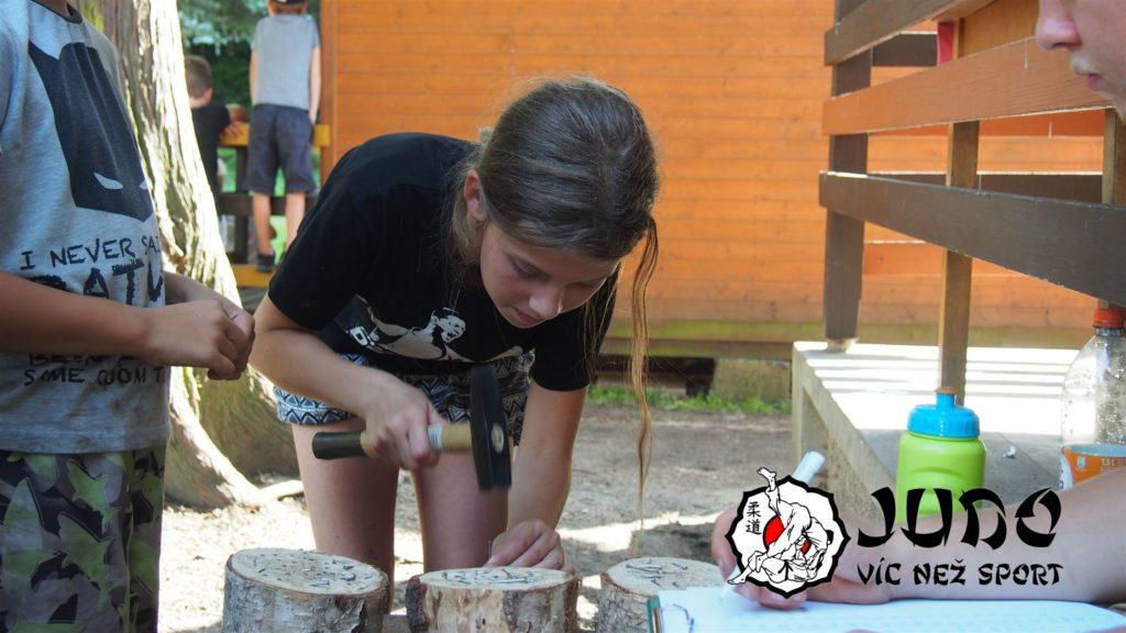 Judo víc než sport – tábor v Nižboru 2017 – Zatloukání hřebíků